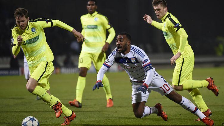 L'attaquant lyonnais Alexandre Lacazette lors du match de poule de la Ligue des champions entre l'OL et La Gantoise, le 24 novembre 2015 à Lyon. (PHILIPPE DESMAZES / AFP)