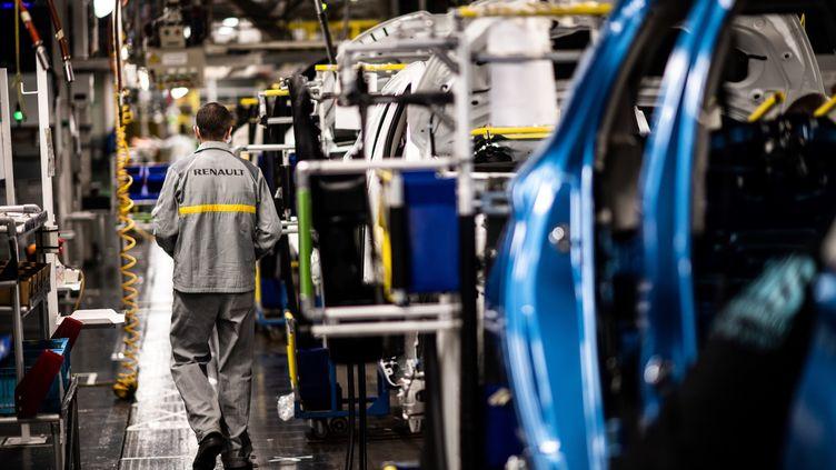 Un employé marche le long d'une chaîne de montage à l'usine Renault situé à Flins-sur-Seine, le 6 mai 2020 (photo d'illustration). (MARTIN BUREAU / AFP)