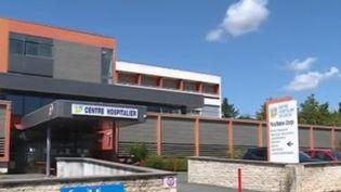 """L'affaire dite du """"chirurgien de Jonzac"""" pourrait être le dossier le plus important de pédophilie en France. Lors d'une conférence de presse, le procureur de Lorient (Morbihan) pourrait avoir agressé sexuellement plus de 345 personnes. (France 2)"""
