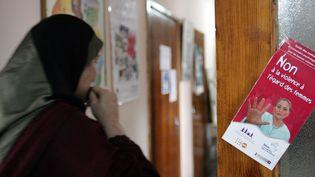 Une Marocaine, victime de violences conjugales, arrive le 28 février 2006 dans les locaux de l'Union de l'action féminine (UAF) à Rabat. (ABDELHAK SENNA / AFP)