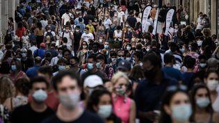 Des piétons dans une rue de la ville de Bordeaux (Gironde) le 5 septembre 2020. (PHILIPPE LOPEZ / AFP)