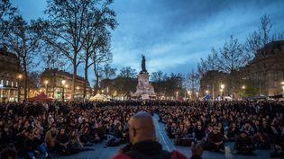 Des milliers de personnes rassemblées sur la place de la République à Paris, le 20 avril 2016. (PHILIPPE LOPEZ / AFP)