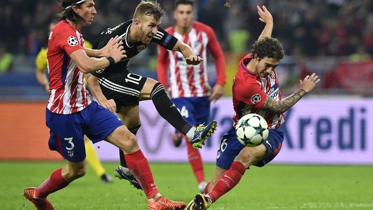 Les joueurs de l'Atlético, Filipe Luis et Sime Vrsaljko, face à l'ancien Rennais Pedro Henrique désormais à Karabagh. (ALEXANDER NEMENOV / AFP)
