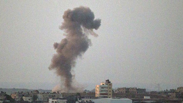 Un nuage de fumée s'élève dans le ciel après une frappe aérienne israélienne sur la bande de Gaza, mercredi 16 juillet 2014. (JACK GUEZ / AFP)