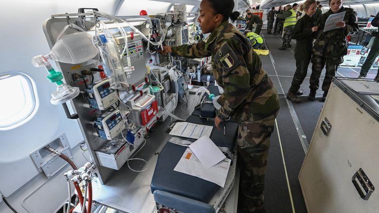 Sur la base aérienne d'Istres (Bouches-du-Rhône), du personnel médical de l'armée française vérifie l'équipement d'un avion médicalisé avant le transfert de patients vers l'Allemagne depuis Mulhouse (Haut-Rhin), le 31 mars 2020. (PASCAL GUYOT / AFP)