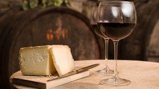 Faut-il allier le fromage à du vin rouge ? Le blog Le tire-bouchon vous en dit plus. (IMAGE SOURCE / GETTY IMAGES)