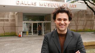 """Julien Domercq devant le musée de Dallas : """"Les donateurs prennent du plaisir à soutenir ce musée, qui est au centre du nouveau quartier des arts"""" (Emmanuel Langlois)"""
