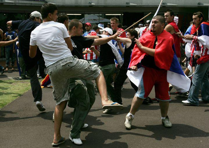 Une bagarre entre supporters serbes et croates le jour de l'ouverture de l'Open d'Australie 2007, à Melbourne. (LUCAS DAWSON / GETTY IMAGES)