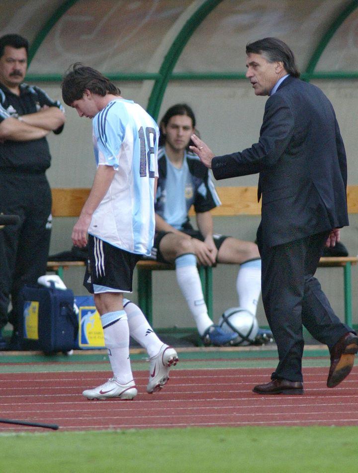 Pour sa première apparition en sélection argentine, Lionel Messi reçoit un carton rouge, dès son entrée en jeu le 17 août 2005 à Budapest. (ATTILA KISBENEDEK / AFP)