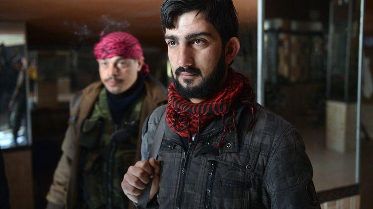Un ancien soldat du régime, qui a rejoint les rebelles à Alep, en janvier 2013. (AAMIR QURESHI / AFP)