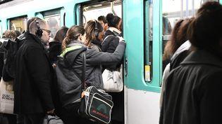 Un métro bondé durant la grève. (BERTRAND GUAY / AFP)
