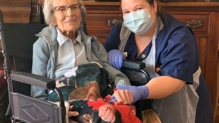 Connie Titchen, 106 ans, est sortie guérie du coronavirus après avoir été hospitalisée durant 3 semaines, mercredi 15 avril 2020. (AFP / SANDWELL AND WEST BIRMINGHAM NHS)