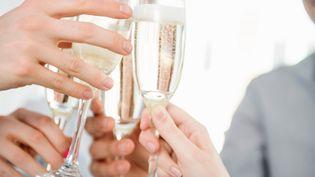 Des coupes de champagne lors d'un pot de départ. (CULTURA RM EXCLUSIVE/REDHEADPICTURES / CULTURA EXCLUSIVE)