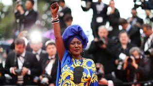 La chanteuse burundaise Khadja Nin monte les marches du palais des festivals de Cannes (Alpes-Maritimes), le 16 mai 2018. (VALERY HACHE / AFP)