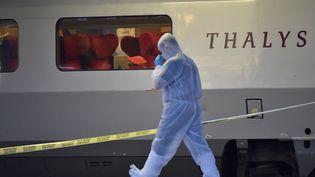 Un enquêteur inspecte la scène de la fusillade qui a éclaté à bord d'un train Thalys, vendredi 21 août 2015, en gare d'Arras (Pas-de-Calais). (PHILIPPE HUGUEN / AFP)