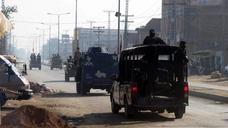 Le 11 janvier 2011, des soldats et des policiers pakistanais patrouillent dans une rue de Bannu (nord-ouest). (AFP)
