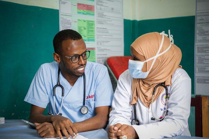 Le Dr Ubah en compagnie de l'un de ses collègues, le Dr Abdi, à l'hôpital Banadir de Mogadiscio, en Somalie, en janvier 2021. (OIM / Spotlight)
