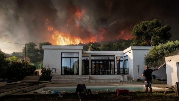 L'incendie à Martigues, dans les Bouches-du-Rhône (août 2020). (XAVIER LEOTY/AFP)