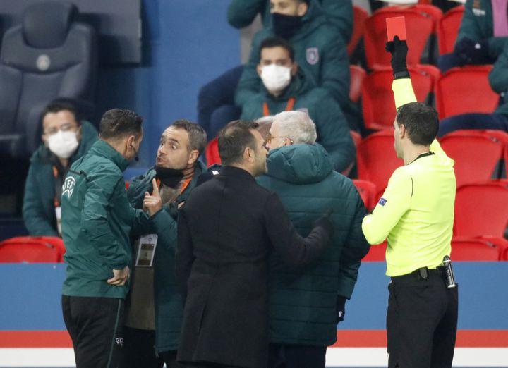 L'arbitre du match PSG-Istanbul Basaksehir sort un carton rouge contre l'entraîneur adjointPierre Achille Webo, le 8 décembre 2020 à Paris. (CHARLES PLATIAU / REUTERS)