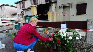 Une femme dépose des fleurs à la mémoire de Chahinez, brûlée vive par son mari, le 5 mai 2021 à Mérignac (Gironde). (MEHDI FEDOUACH / AFP)