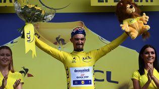 Le cycliste français Julian Alaphilippe (Deceuninck-Quick Step) prend le maillot jaune après la troisième étape du Tour de France à Epernay (Marne), le 8 juillet 2019. (ANNE-CHRISTINE POUJOULAT / AFP)