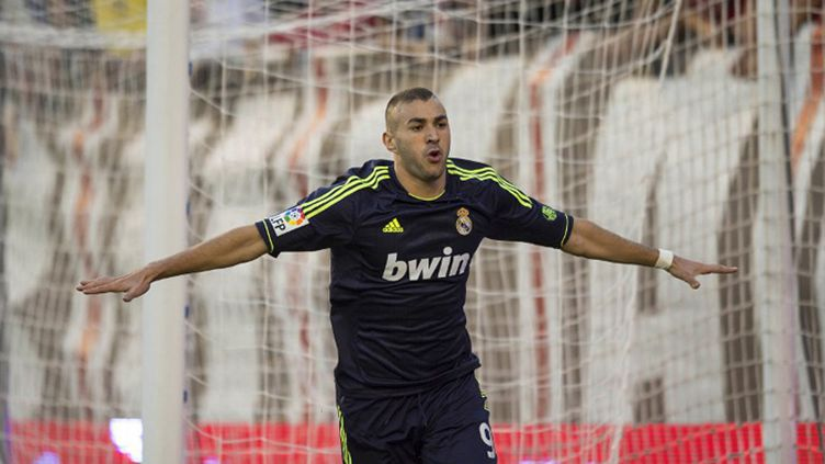 Benzema pris en tenaille entre Puyol et Pinto (DANI POZO / AFP)