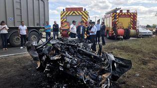 La carcasse brûlée de la voiture percutée par un poids-lourd et une fourgonnette, le 28 juillet 2020 sur la RN 2 à Laon (Aisne). (MAXPPP)