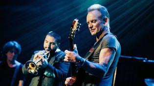 Le chanteur Sting, et derrière lui le musicien Ibrahim Maalouf, lors du concert de réouverture du Bataclan, le 12 novembre 2016 à Paris. (BORIS ALLIN / HANS LUCAS)