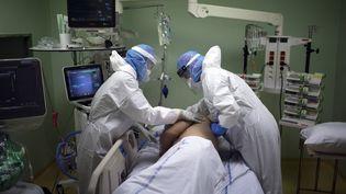 Des soignants s'occupent d'un malade du Covid-19 en réanimation à l'hôpital d'Arles (Bouches-du-Rhône), le 28 octobre 2020. (DANIEL COLE / AP / SIPA)