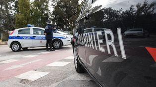 Des voitures des forces de l'ordre italiennes à Palerme (Italie), le 3 avril 2021. (FRANCESCO MILITELLO MIRTO / NURPHOTO / AFP)
