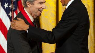 En 2011, le président américain Barak Obama (droite) remet la médaillenationale des Humanitésà l'écrivain Philip Roth (gauche) lors d'une cérémonie à la Maison Blanche, à Washington (États-Unis). (JIM WATSON / AFP)