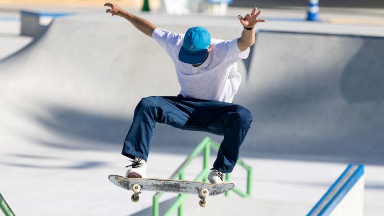 Le skater Vincent Milou lors d'une session d'entraînement aux JO, le 17 juillet 2021, à Tokyo. (YUKI IWAMURA / AFP)