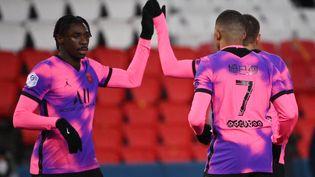 Moise Keanest félicité par ses coéquipiers du Paris Saint-Germain après son but lors d'un match contre Nice au Parc des Princes, le 13 février 2021. (FRANCK FIFE / AFP)
