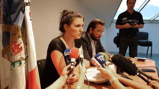 Sandra Bertin, policière municipale à Nice (Alpes-Maritimes), et son avocat Me Adrien Verrier, le 24 juillet 2016. (VALERY HACHE / AFP)