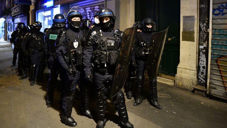"""Des policiers lors d'une manifestation de """"gilets jaunes"""" à Paris, le 17 octobre 2020. (JULIEN MATTIA / ANADOLU AGENCY / AFP)"""