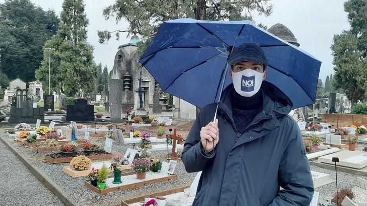 Stefano Fusco devant les tombes du cimetière de Bergame (Italie), en décembre 2020. (Bruce de Galzain)
