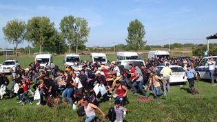 Une foule de migrants a réussi à franchir le cordon de policiers et se rue vers les bus, à Tovarnik (Croatie). (ELISE LAMBERT / FRANCETV INFO)