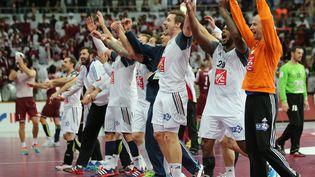 Les Bleus célèbrent leur victoire au Mondial de handball contre le Qatar, à Doha, dimanche 31 février 2015. (KARIM JAAFAR / AL-WATAN DOHA / AFP)