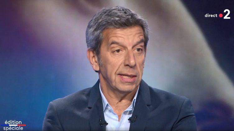 Le médecin et présentateur Michel Cymès invité sur le plateau de France 2, le dimanche 15 mars 2020. (FRANCE 2)