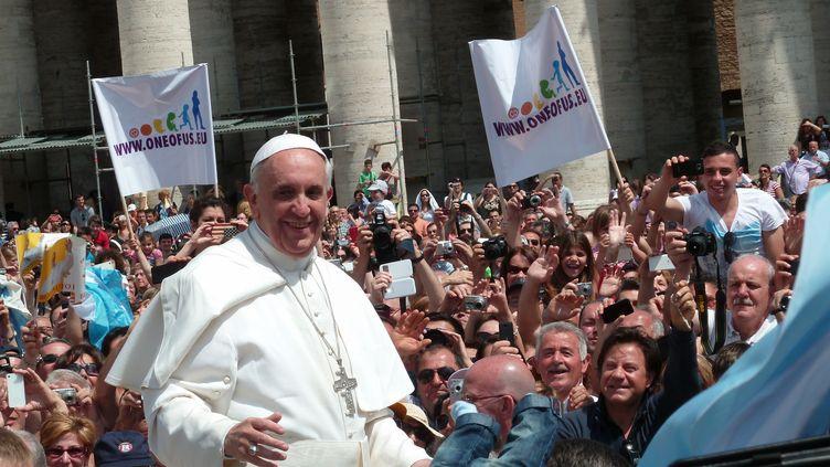 (Le Pape François (ici sur la place Saint-PIerre, à Rome) n'a pas encore suscité beaucoup de chansons mais il en a déjà enregistré. © Edgar Jiménez, Wikimedia, Creative Commons.)