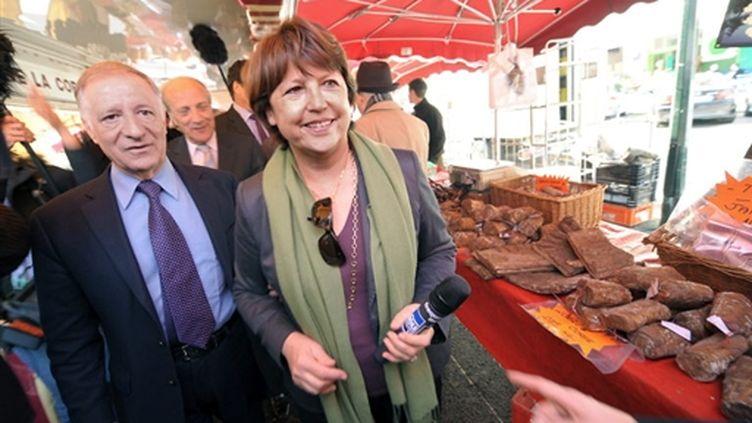 Martine Aubry sur un marché en compagnie du député-maire d'Ajaccio, Simon Rénucci, le 17 mars 2010 à Ajaccio. (AFP/STEPHAN AGOSTINI)