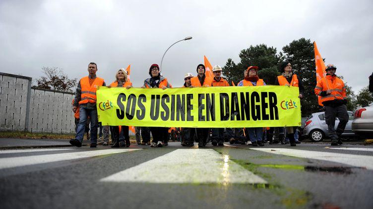 Des salariés et syndicalistes CFDT d'ArcelorMittal manifestent le 9 octobre 2012 à Florange (Moselle). (JEAN-CHRISTOPHE VERHAEGEN / AFP)