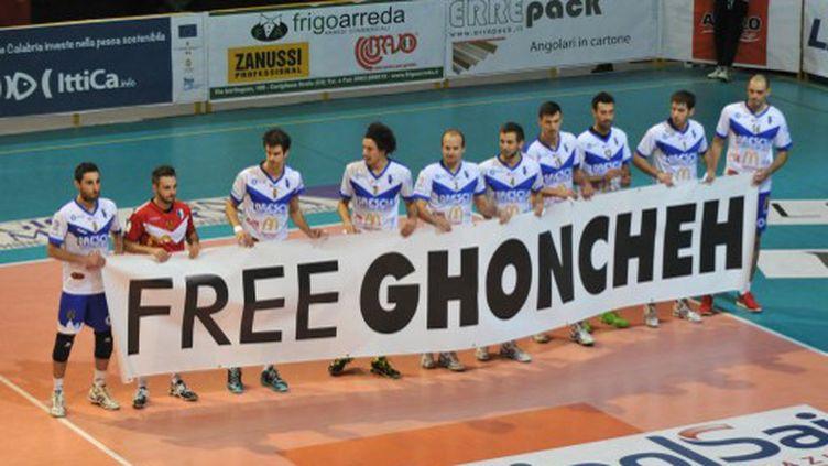 Dans plusieurs salles européennes, comme ici en Italie, des banderoles ont demandé la libération de Goncheh Gavami. (ALFONSO DI VINCENZO / CONTROLUCE)