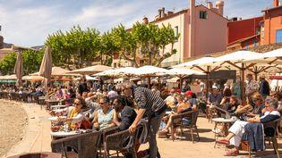 La terrasse d'un restaurant à Colioure (Pyrénées-Orientales) le 19 mai 2021. (ALINE MORCILLO / HANS LUCAS)
