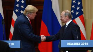 Donald Trump et Vladimir Poutine lors d'une conférence de presse commune, lundi 16 juillet à Helsinki (Finlande). (YURI KADOBNOV / AFP)