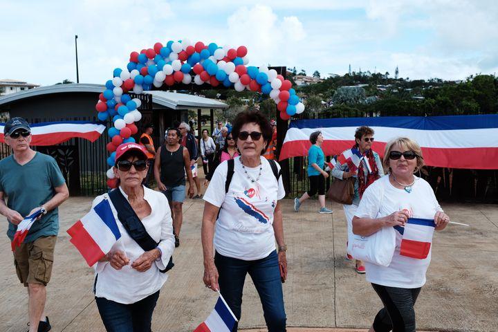 """Des militants pour le """"non"""" à l'indépendance lors d'un pique-nique de lancement de la campagne des loyalistes, le 19 juillet 2020, à Nouméa. (THEO ROUBY / HANS LUCAS / AFP)"""