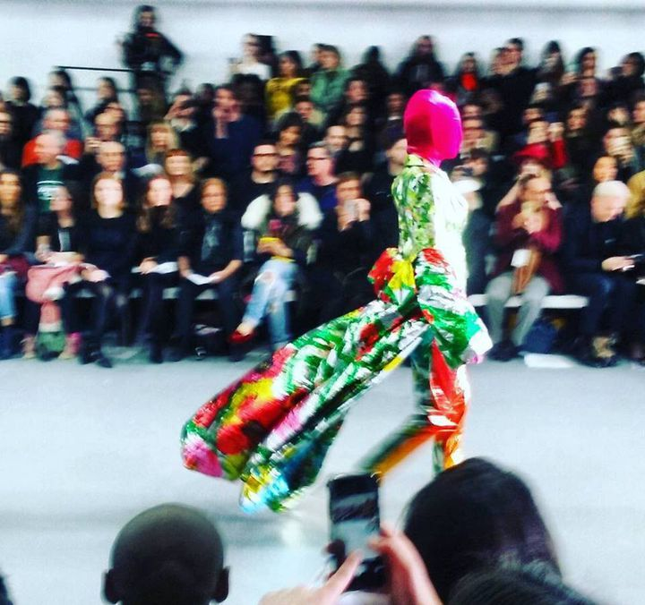 Un modèle du créateur Richard Quinn lors d'un défilé  (Totem Fashion Paris)