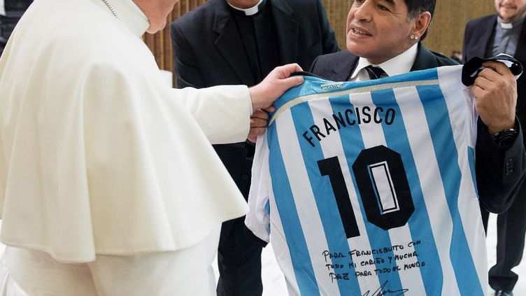 Le pape François et l'ancien joueur de football Diego Maradona, le 1er septembre 2014 au Vatican. (OSSERVATORE ROMANO / AFP)