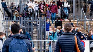 Des collègiens sortent de leur établissementà Cahors (Lot), en mars 2021. (GARO / PHANIE / AFP)