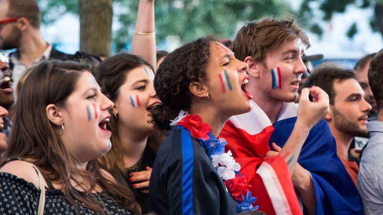 Des supporters de l'équipe de France dans une rue de Paris, le 10 juillet 2018. (EMMA PROSDOCIMI / SIPA)